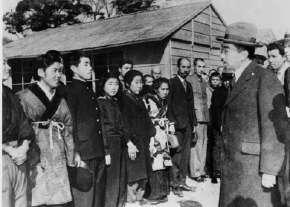 戦災者住宅で戦災者を激励される先帝陛下(昭和天皇)、昭和21年(1946年)2月19日