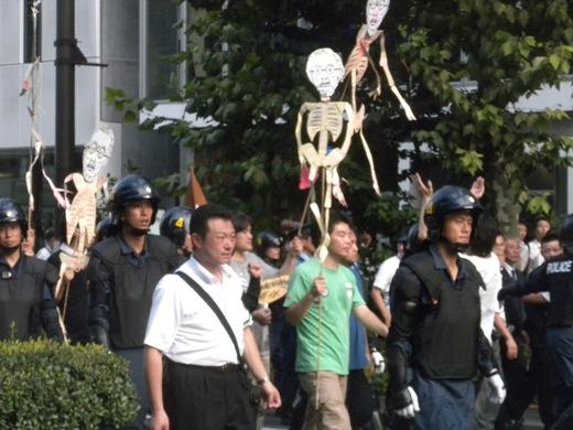 先帝陛下の骸骨人形振り回し、天皇陛下の戦没者慰霊や被災地お見舞いも糾弾する「反天連」の「反靖国反天皇デモ」