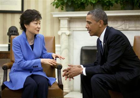 17日、ワシントンのホワイトハウスで会談するオバマ米大統領(右)と韓国の朴槿恵大統領(AP)