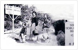 自由な38度線 解放直後、米・ソ両国軍が進駐したとき、38度線は厳しい境界線ではなかった。 1947年10月、38度線を越えて韓国に来る北朝鮮の一家族。