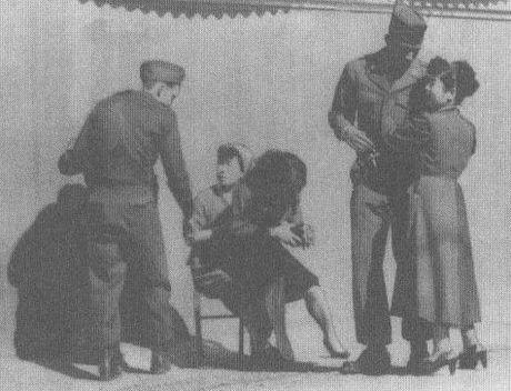 写真は1953年10月、毎日新聞社が撮影した占領軍専用の街娼パンパン