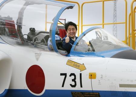 航空自衛隊松島基地で、機体番号が「731」の練習機の操縦席に座る安倍首相=12日、宮城県東松島市