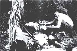 韓国は世界の嫌われ者\ベトナム虐殺\Phong_Nhi_massacre_8犠牲者を収容するアメリカ海兵隊員(J・ボーンアメリカ海兵隊伍長撮影撮影)