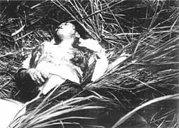 両胸をえぐり取られた上に銃撃を加えられて瀕死の21歳の女。写真撮影後に病院に徹送されたが「お母さん、お母さん…」と母を呼びながら妹達の前で息絶えた[1](J・ボーンアメリカ海兵隊伍長撮影