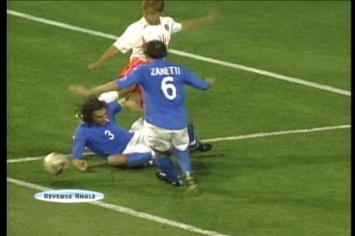 韓国戦で後頭部を後ろから蹴られるイタリア人選手(ノーファール)