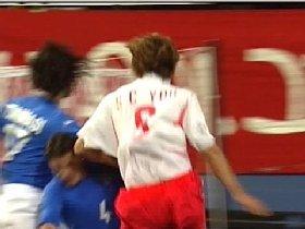 前半42分、競り合いの中でユ・サンチョルの左肘がフランチェスコ・ココの額をえぐった!