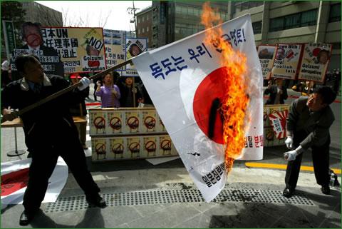 【韓国の日常】 日本の国旗を燃やす韓国人
