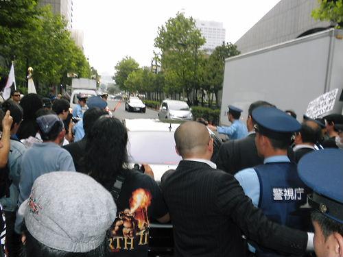中山成彬議員の国会答弁を周知するデモ20130609デモ行進のピッタリ横に車を停めて、怒鳴り散らす伊藤大介と同乗したレイシストしばき隊の連中