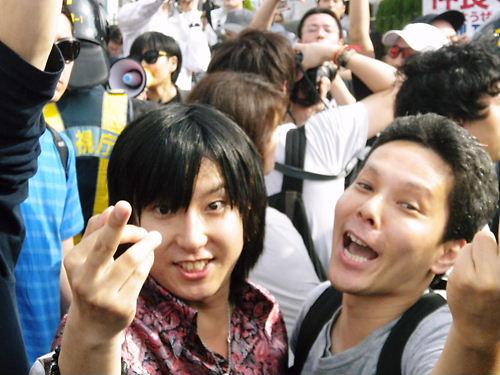 中指を立て、「ぶっ殺す!」ポーズでデモを威嚇するレイシストしばき隊