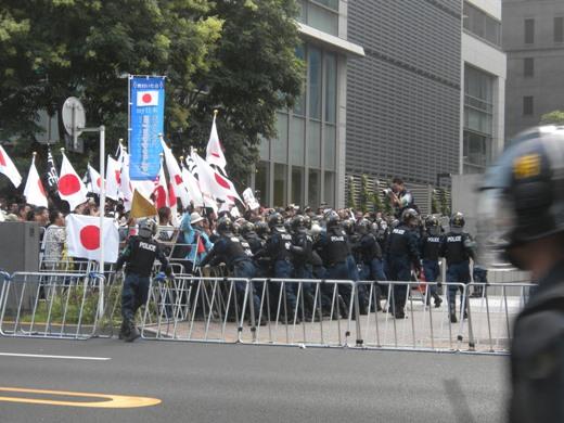 平成23年(2011年)8月15日 反天連のデモのカウンター【マジキチ「反天連デモ」を守るため、日本国民を檻の中に封じ込める機動隊】