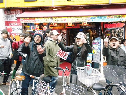 朝鮮人や反日極左や暴力団などで構成されるレイシストしばき隊によるカウンター(デモ妨害は歩道を集団で自由に移動できる)特定アジア粉砕新大久保排害カーニバル!!2013年3月31日