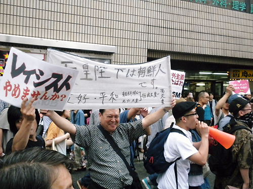 朝鮮人や反日極左や暴力団などで構成されるレイシストしばき隊によるカウンター(デモ妨害は歩道を集団で自由に移動できる)