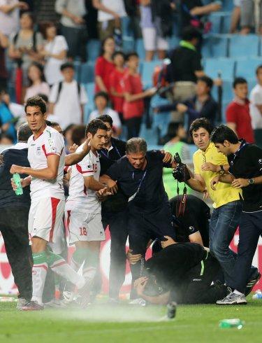 選手たちが大喜びでグラウンドを回る群衆の中に水のボトルやビールが入った缶を投げるとはステップが頭の上に缶ビールを迎えて倒れている。(蔚山=聯合ニュース)