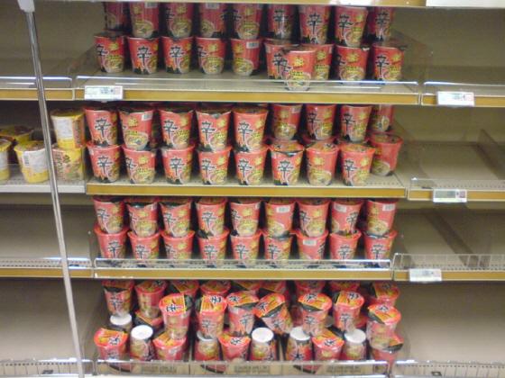 売れ残る辛ラーメン 農心(ノンシム)のカップ麺「辛ラーメン」。 (中央日報日本語版)辛ラーメン、世界最大の航空会社アメリカン航空の機内食に=韓国