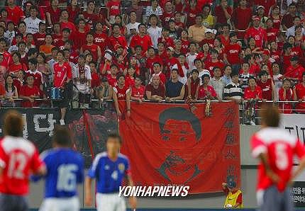 韓国人サポーターは、サッカーの日本対韓国の試合で、安重根を応援に使用している