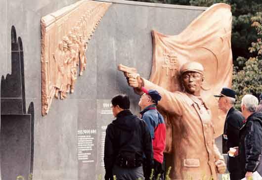 2011年10月26日、安義士義挙第102周年記念式を行って、安重根が拳銃を持って伊藤博文を暗殺するモニュメントを公開しました。