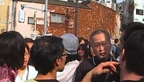 なにやら「しばき隊」の連中から報告を受けているようにも見える。暴力集団を援護し日本人を挑発し続ける有田芳生参議院議員
