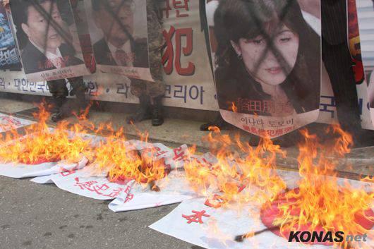 燃やされ処刑される日本の保守系議員 この後、棺桶に入れられる