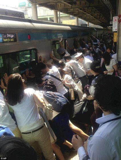 乗客が電車押して女性救出した日本の記事、世界で反響…「これこそ僕たちが見習わなければならない姿」
