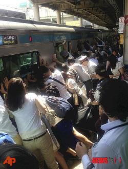 電車とホームの間に挟まれた女性を救出するため、車両を押して傾ける乗客や駅員ら 韓国人のコメント・列車押しは韓国が元祖! ・韓国を見て学んだんだろう。大韓民国最高。
