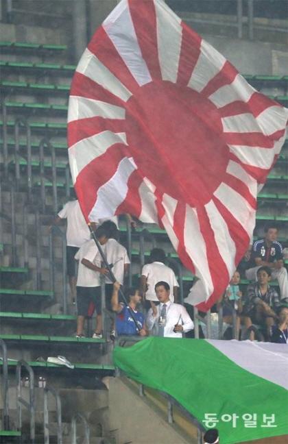 旭日旗を出したのは一般のサポーターではなく、レイシストしばき隊のメンバーしなり氏 韓国側に口実を与えるために、しばき隊はあえてメンバーに旭日旗を振らせた模様
