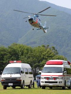 心肺停止で発見された韓国人登山者を乗せ、グラウンドに着陸する長野県警のヘリコプター=長野県駒ケ根市で2013年7月30日午後2時34分、宮間俊樹撮影