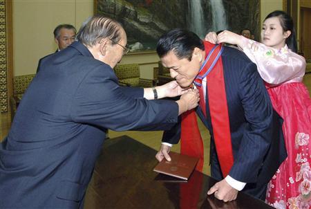 2010年に親善勲章第1級を授与される猪木