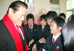 2010年4月5日に行われた大阪朝鮮高級学校入学式に「特別ゲスト」が参加した。元プロレスラー、元参議院議員の実業家、アントニオ猪木(本名=猪木寛至)が「事前予告」なしに突然現れ、生徒、教職員、保護者ら