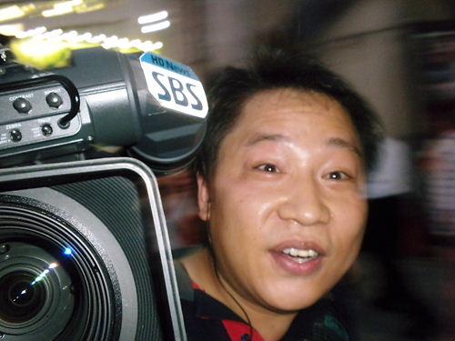 8月14日国連慰安婦記念日要求デモにカウンター攻撃・『日本軍「慰安婦」メモリアル・デー』に抗議活動20130814SBS(ソウル放送)のカメラマン