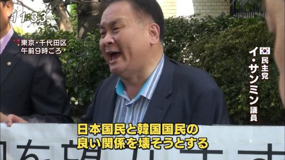 混乱を避けるため靖国神社の近くで、韓国などのメディアに向かって安倍政権批判をする韓国の国会議員=15日午前、東京都千代田区三番町