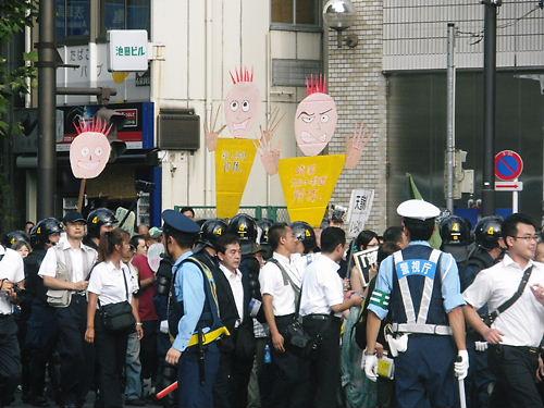 平成24年(2012年)8月15日の反天連デモ。意味不明な人形?