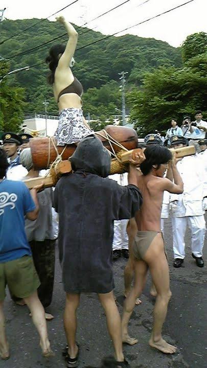 ちんぽ神輿に乗るマジキチ女