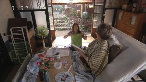 lottesNHK連続テレビ小説『あまちゃん』(2013年8月24日放送)で、在日韓国人企業「LOTTE」(ロッテ)のアイスを長時間放映するステマ(宣伝)