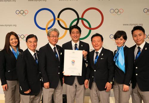 IOC総会の記者会見を終えた安倍晋三首相(中央)ら=ブエノスアイレスで2013年9月7日午後0時17分、梅村直承撮影