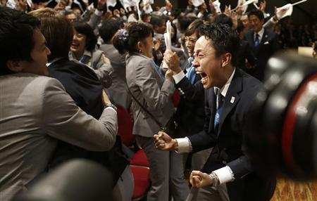 東京の開催都市決定にガッツポーズで喜ぶ東京承知委のメンバー=7日、ブエノスアイレス
