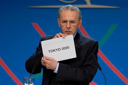 東京の開催都市決定を示すIOCのロゲ会長=7日、ブエノスアイレス(ロイター)
