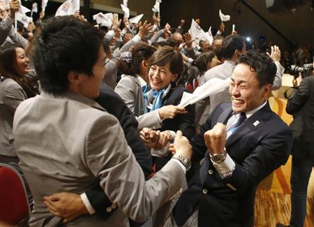 2020年五輪の開催都市が東京に決まり、喜ぶフェンシングの太田雄貴選手(右端)ら=7日午後、ブエノスアイレス(AP)