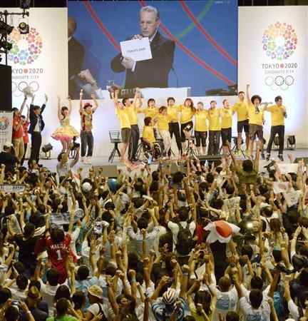 IOCのロゲ会長が2020年五輪開催都市を東京と発表する映像に、喜びを爆発させる都民=8日午前5時20分、東京・駒沢体育館