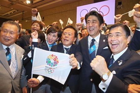 2020年五輪の開催都市が東京に決まり、喜ぶ(左から)森元首相、ニュースキャスターの滝川クリステルさん、猪瀬直樹知事、安倍首相ら=7日、ブエノスアイレス(ゲッティ=共同)