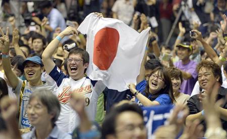 2020年五輪の開催都市に東京が決定し、喜びを爆発させる都民=8日午前5時20分、東京・駒沢体育館