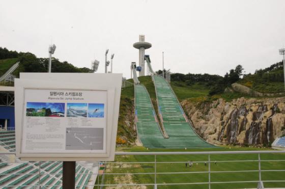 平昌オリンピックのスキージャンプ台、高さが足りなくて鉄筋の塔になってますw