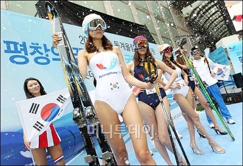 2011年6月ソウルのロッテ百貨店にて水着でスキー板を持って、平昌誘致キャンペーン♪このセンス!!すごいよねえ。韓国人のウィンタースポーツに対する解釈はこの程度