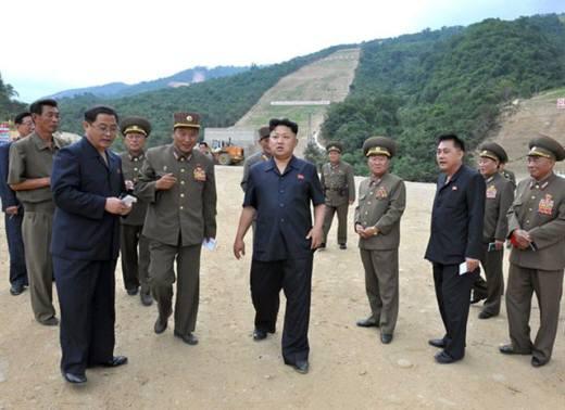 北朝鮮が最近総力を挙げて建設中の北朝鮮の初の大規模なスキー場建設現場を日本のメディアに公開