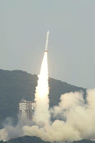 白煙を上げて上昇する新型ロケット「イプシロン」(9月14日)