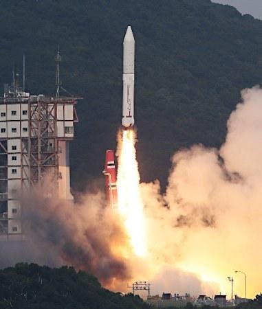 宇宙航空研究開発機構は14日午後2時、小型固体燃料ロケット「イプシロン」1号機を、内之浦宇宙空間観測所から打ち上げた。写真は、打ち上げられた「イプシロン」1号機=鹿児島県肝付町