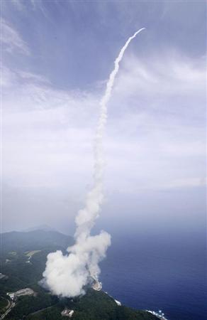 内之浦宇宙空間観測所から発射された「イプシロン」1号機=14日午後2時、鹿児島県肝付町で共同通信社ヘリから