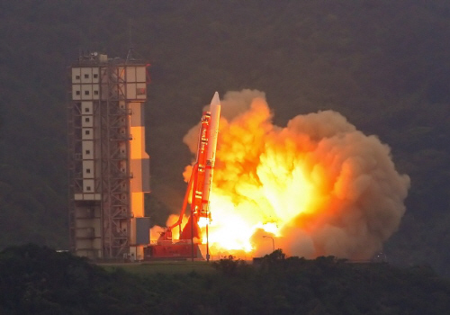 斜めにセットされたM-Vロケット6号機の打ち上げ