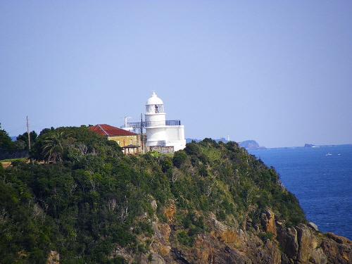 和歌山県串本町沖の紀伊大島の断崖に建つ樫野崎灯台