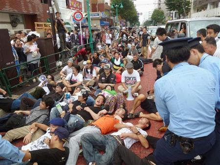 写真=嫌韓デモに対し、路上に寝転んで抗議する人たち