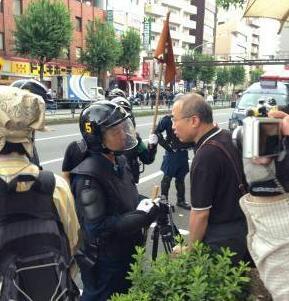 しばき隊が、デモの妨害をし横断幕を引き裂いて器物破損で逮捕されたようですが、この写真に国会議員がうつってますね、機動隊に文句を言ってるのでしょうか?怖いですね